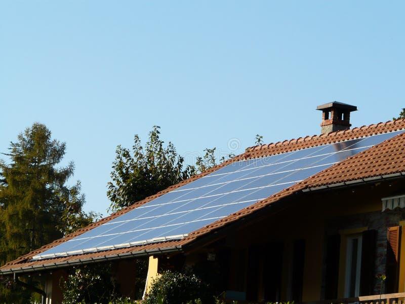 Tetto fotovoltaico fotografie stock
