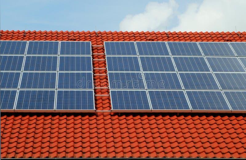 Tetto rosso con i comitati solari immagine stock