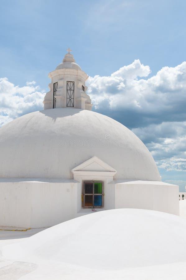 Tetto rotondo della sfera sopra una chiesa con immagine stock libera da diritti