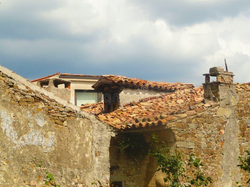 Tetto storico a Motovun soleggiato fotografia stock