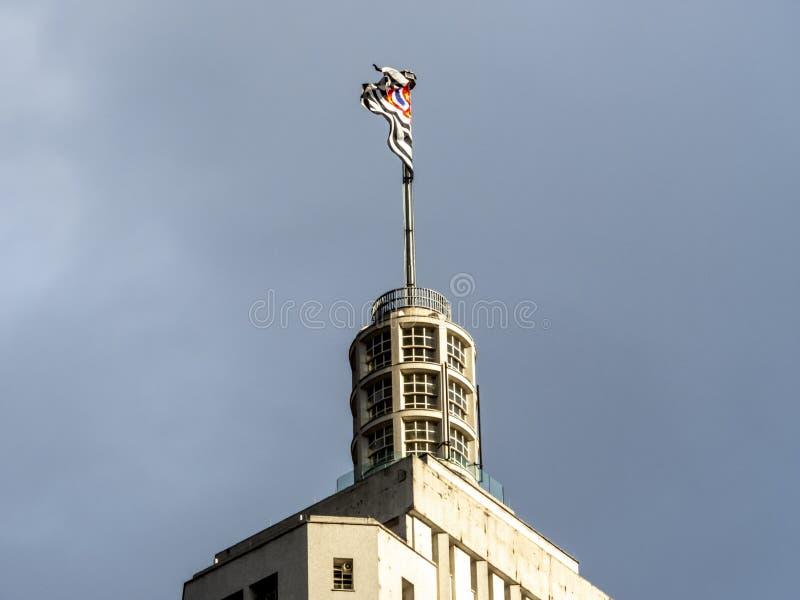Tetto superiore dell'edificio di Altino Arantes e della bandiera di Paulo State del sao immagine stock
