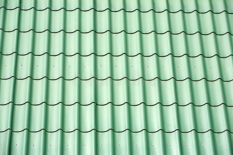 Tetto verde della casa delle mattonelle del metallo come struttura fotografie stock