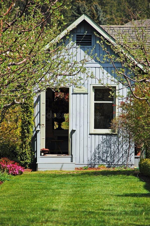 Tettoia blu del giardino fotografia stock libera da diritti