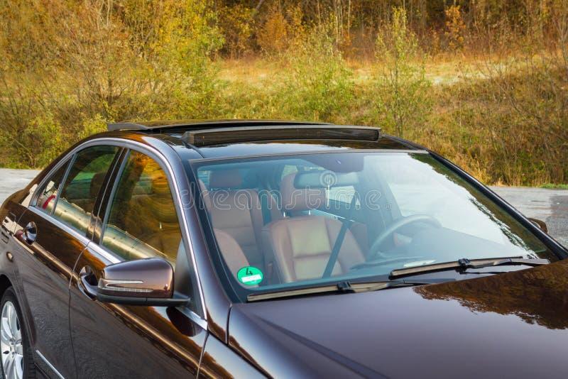Tettuccio apribile automobilistico del xxl della berlina lussuosa tedesca, interni marrone/ornamenti rosso e cromati di cuoio, si fotografia stock libera da diritti