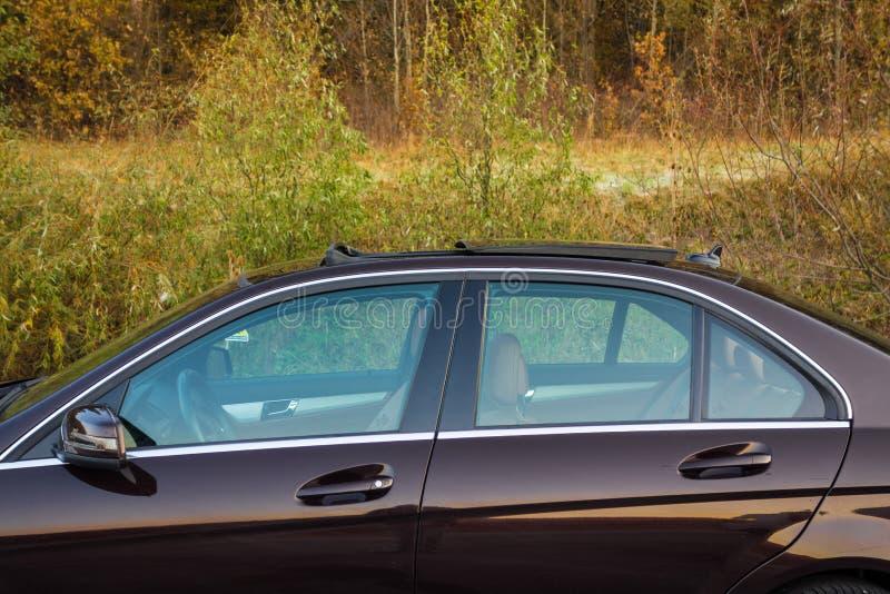 Tettuccio apribile automobilistico del xxl della berlina lussuosa tedesca, interni marrone/ornamenti rosso e cromati di cuoio, si immagine stock libera da diritti