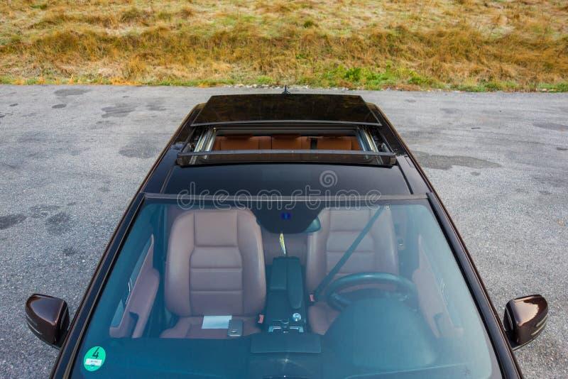 Tettuccio apribile automobilistico del xxl della berlina lussuosa tedesca, interni marrone/ornamenti rosso e cromati di cuoio, si immagini stock libere da diritti