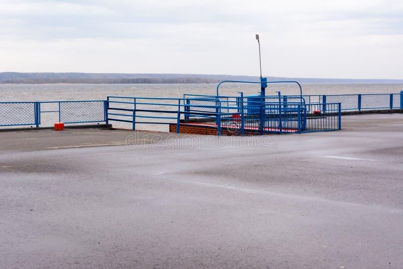 Tetyushi, Tartaristán/Rusia - 2 de mayo de 2019: Puerto fluvial vacío del pasajero en el río Volga en un día lluvioso Problemas d foto de archivo libre de regalías