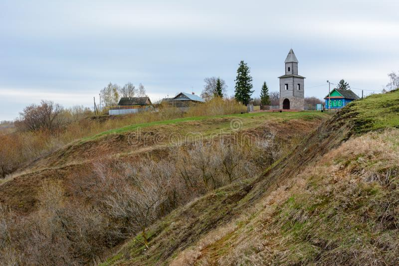 Tetyushi, Tatarstan - 2. Mai 2019 Ein hölzerner Aussichtsturm auf einem hohen Berg auf der Küste der Wolgas Der Turm ist lizenzfreies stockfoto