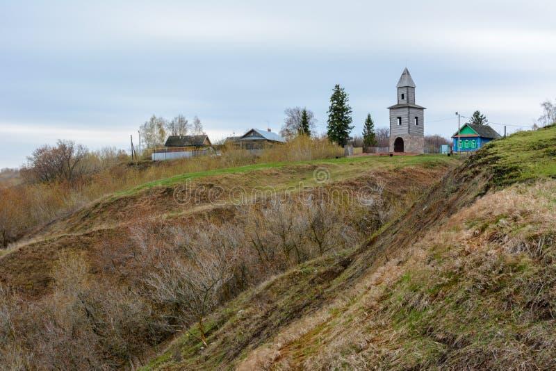 Tetyushi Tatarstan - Maj 2, 2019 Ett träobservationstorn på ett högt berg på kusten av Volgaet River Tornet är royaltyfri foto