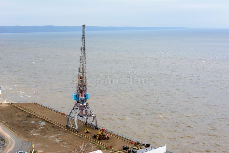 Tetyushi, Tatarstan/Russland - 2. Mai 2019: Draufsicht des leeren industriellen Piers mit Frachthafenkran auf dem Dock entlang stockfotos