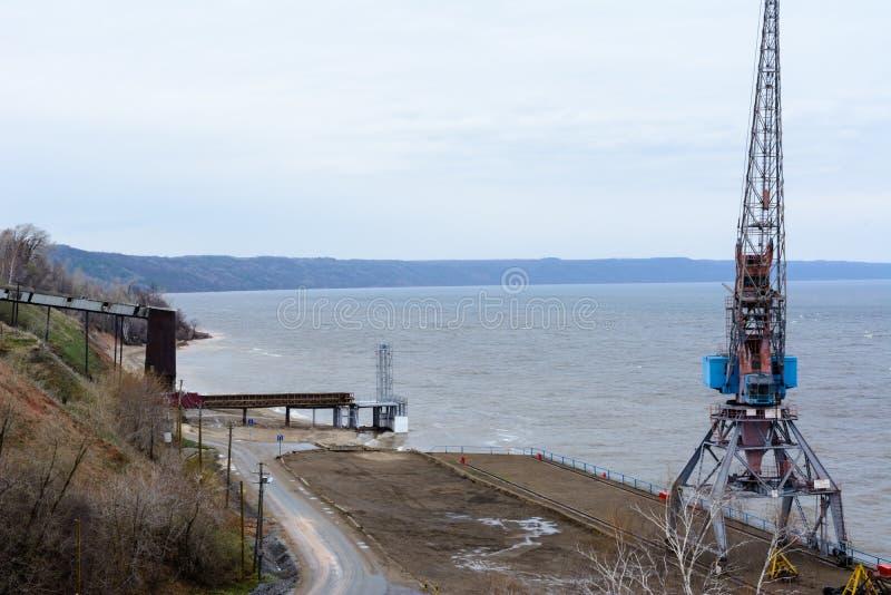 Tetyushi, Tatarstan/Russland - 2. Mai 2019: Draufsicht des leeren industriellen Piers mit Schiff-anhebendem Kran der Fracht auf d lizenzfreies stockfoto