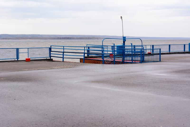 Tetyushi Tatarstan/Ryssland - Maj 2, 2019: Tom passagerareflodport på Volgaet River på en regnig dag Problem av inlandet royaltyfri foto