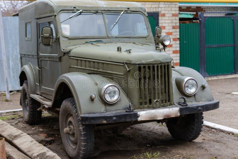 Tetyushy Tatarstan/Ryssland - Maj 02, 2019: Retro bil GAZ-69 nära huset i gatan Den gamla tappningbilen GAZ-69 är ett fyrhjuligt arkivfoton