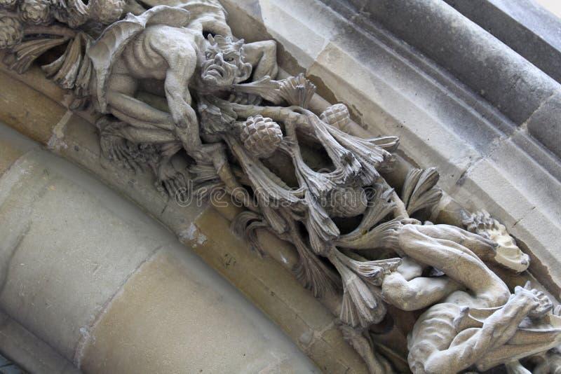 Teufel oder Dämon in der Entlastung des Archivolt der neuen Kathedrale von Vitoria Gasteiz stockfotos