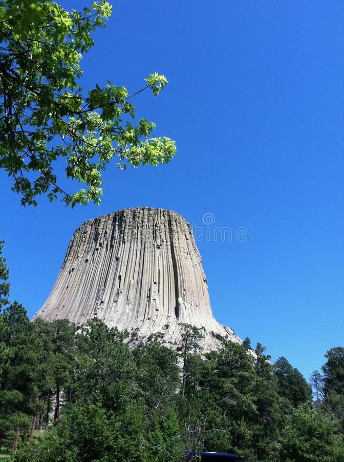 Teufel-Turm mit Bäumen mit blauem Himmel stockfotografie