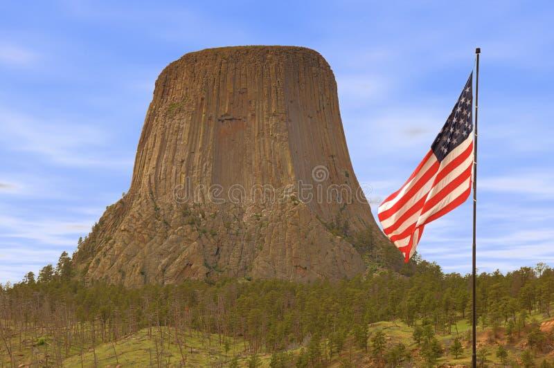 Teufel-Turm mit Sternenbanner lizenzfreies stockfoto