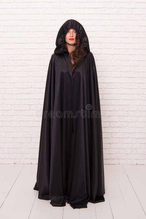 Teufelkonzept Halloween-Maskerade Gestaltung der Werbebotschaft, Abbildung Verfluchter h?bscher Frauenteufel Tod im schwarzen Man stockbild