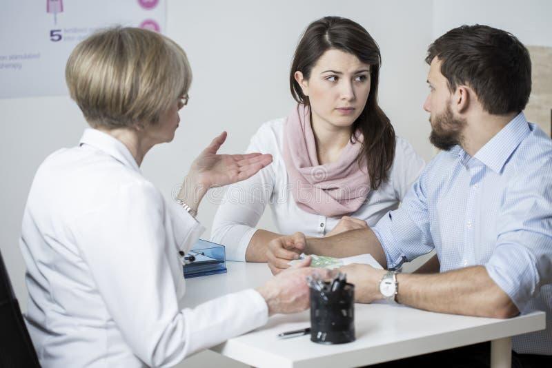 Teure Behandlung gegen Unfruchtbarkeit stockfotografie