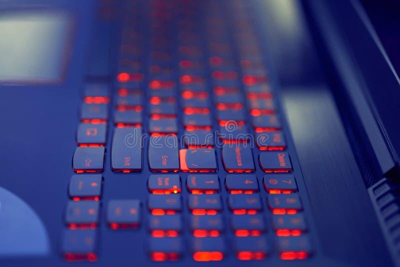 Teure Laptoptastatur Hintergrundbeleuchtung im Rot stockbild