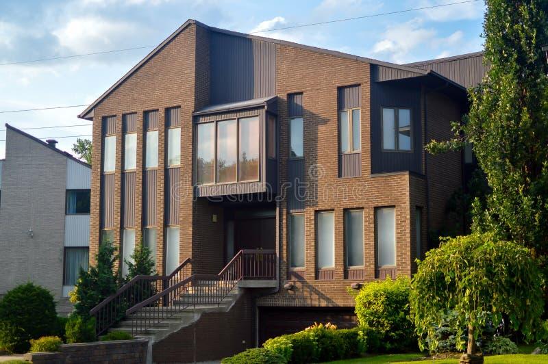 Teure moderne Stadtwohnungen mit enormen Fenstern stockfotografie