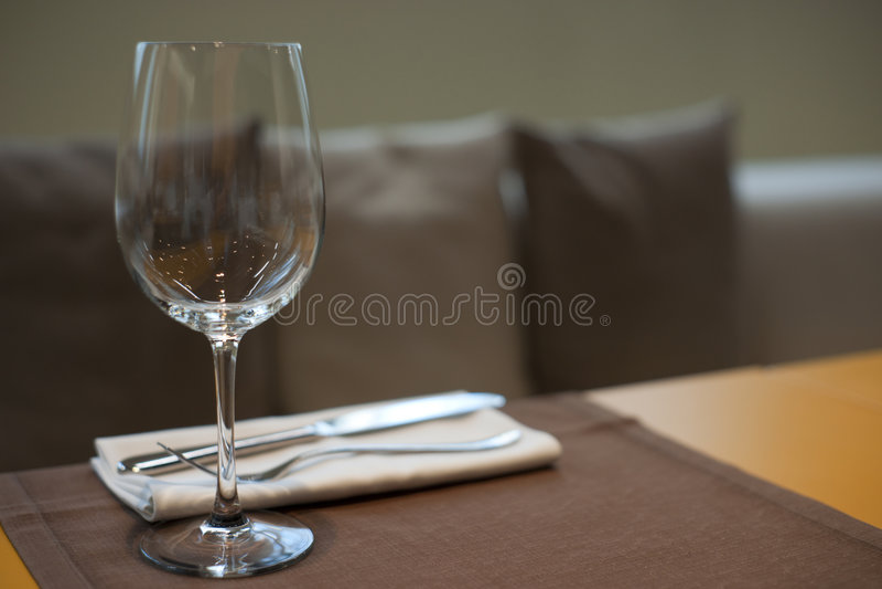 Teure Tabelle eingestellt in haute Küchegaststätte stockbilder