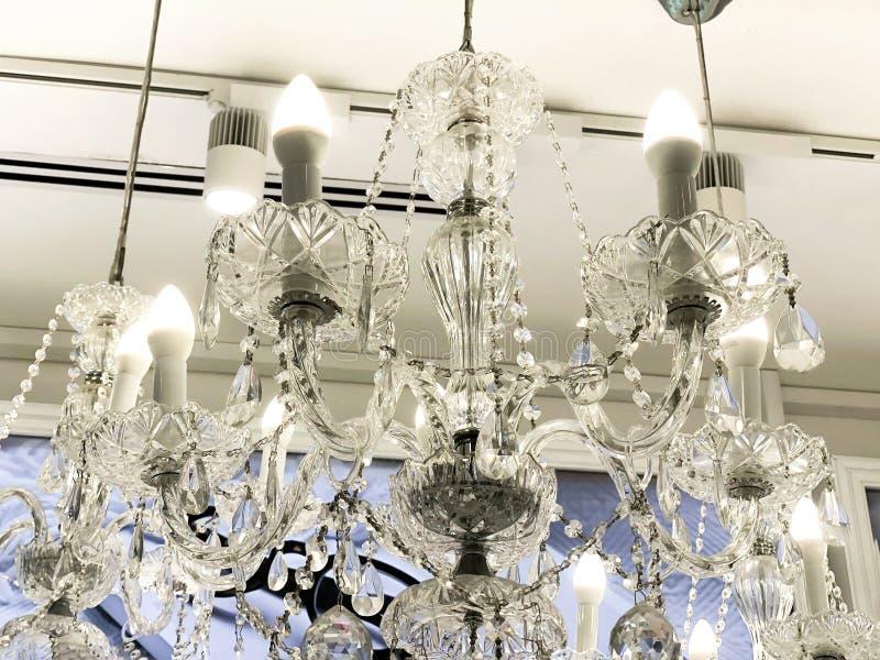 Teurer Innenraum Großer elektrischer Leuchter hergestellt von den transparenten Glasperlen Weiße Decke verziert mit Stuckformteil lizenzfreies stockfoto
