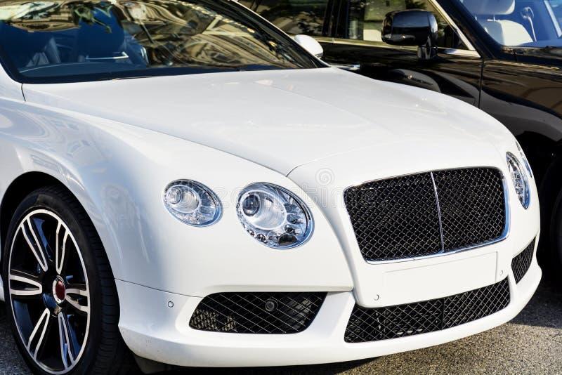 Teures weißes Auto lizenzfreie stockfotos