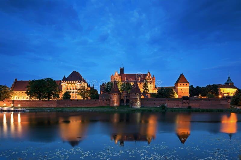 Teutońscy rycerze w Malbork kasztelu przy nocą obrazy stock
