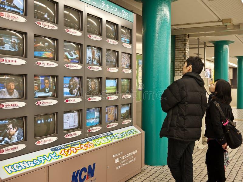 Tevê de observação na estação de metro foto de stock royalty free