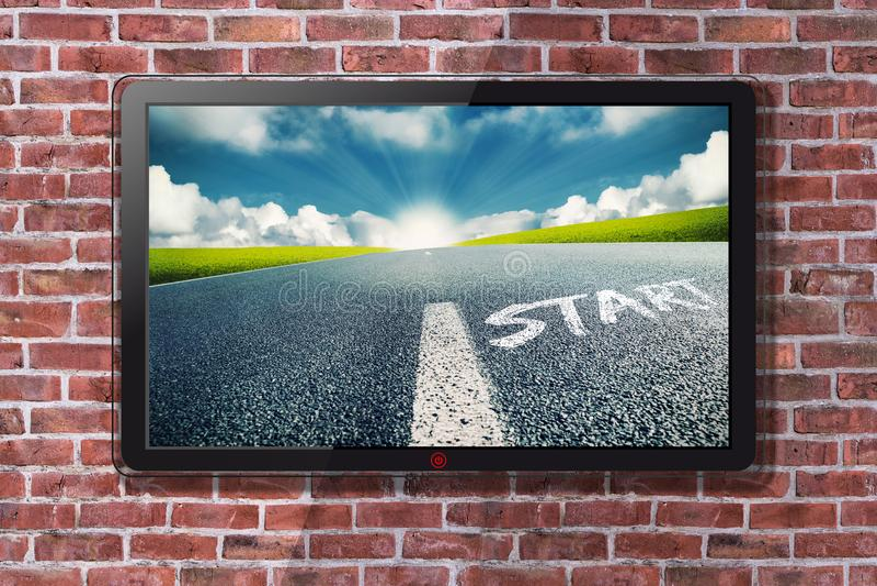 Tevê de Smart com linha do começo na rua e Sun brilhante no papel de parede do horizonte fotografia de stock