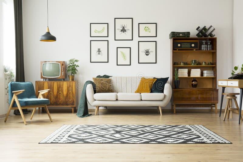 Tevê do vintage ao lado do sofá fotos de stock royalty free