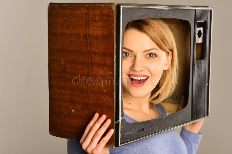 Tevê retro tevê retro com mulher feliz mulher de sorriso com a tevê retro na cabeça Aparelho de televisão retro filme imagem de stock royalty free