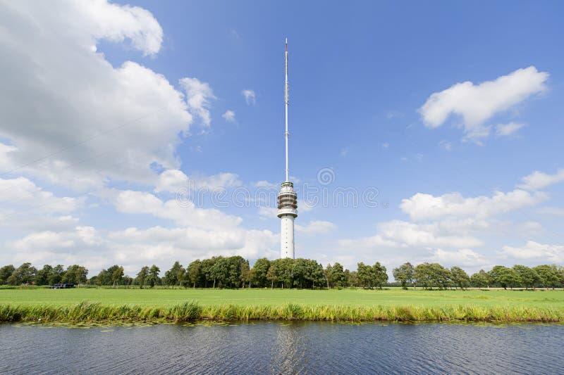Tevê-torre na paisagem holandesa fotos de stock