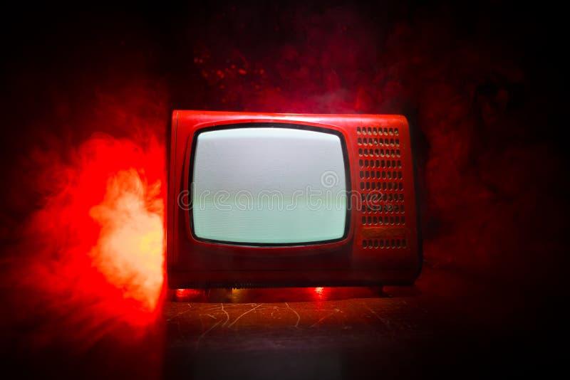 Tev? vermelha do vintage velho com ru?do branco no fundo nevoento tonificado escuro Receptor de televis?o velho retro nenhum sina imagem de stock royalty free