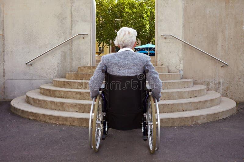 Teveel stappen voor rolstoelgebruiker stock afbeeldingen