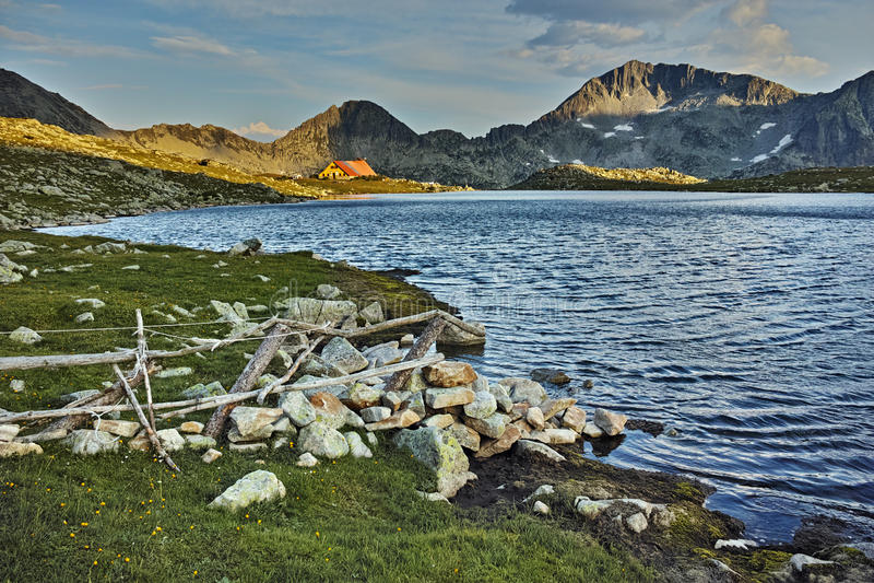 Tevno湖日落全景和Kamenitsa锐化, Pirin山,保加利亚 库存图片