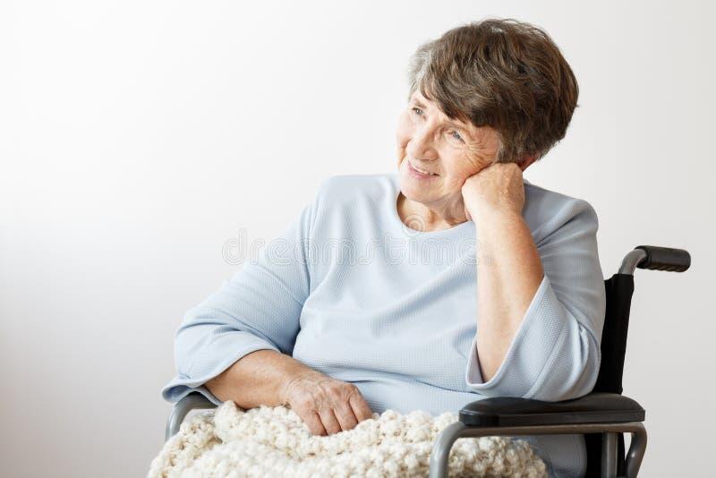Tevreden gehandicapte hogere vrouw royalty-vrije stock foto's