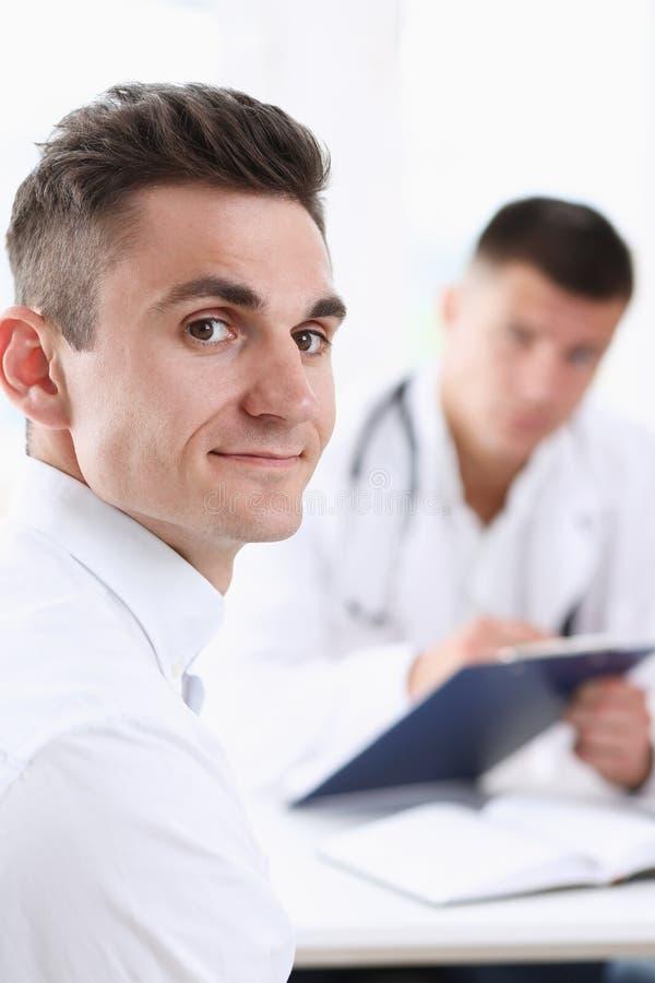 Tevreden gelukkige knappe glimlachende mannelijke patiënt royalty-vrije stock fotografie