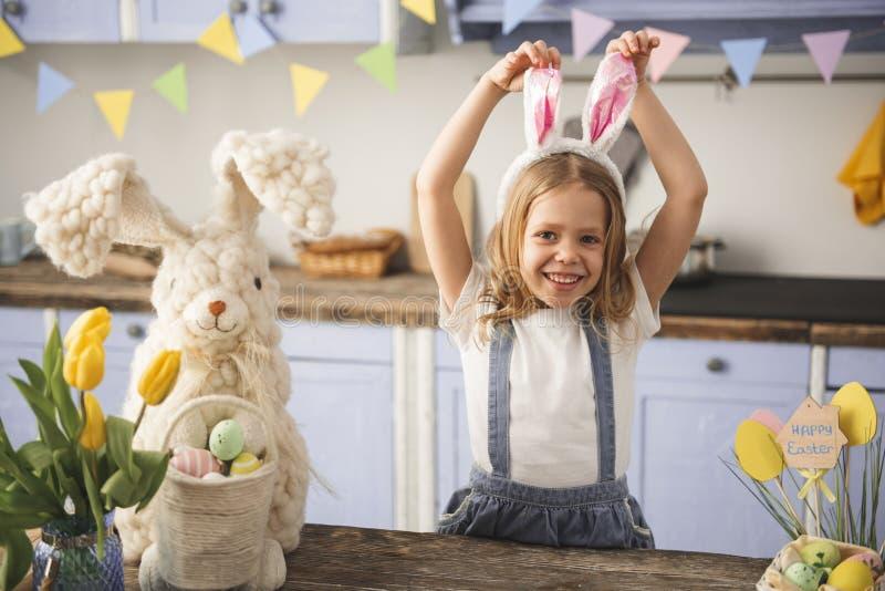 Tevreden kind die pret op Pasen hebben binnen stock foto's