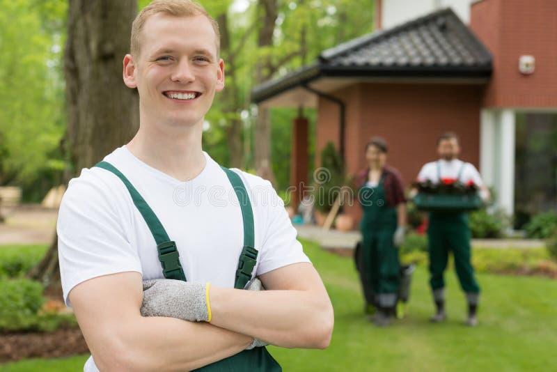 Tevreden leider van een tuinlieden` team stock foto's