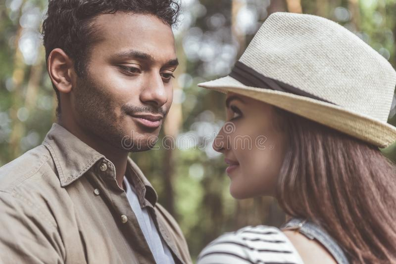 Tevreden man en vrouw die elkaar bewonderen stock foto