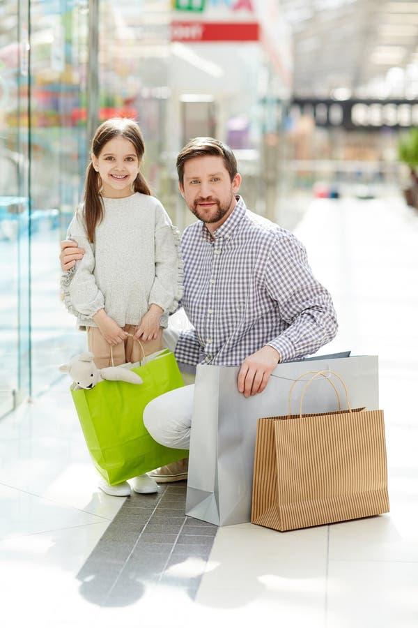 Tevreden mens met dochter in wandelgalerij stock foto's