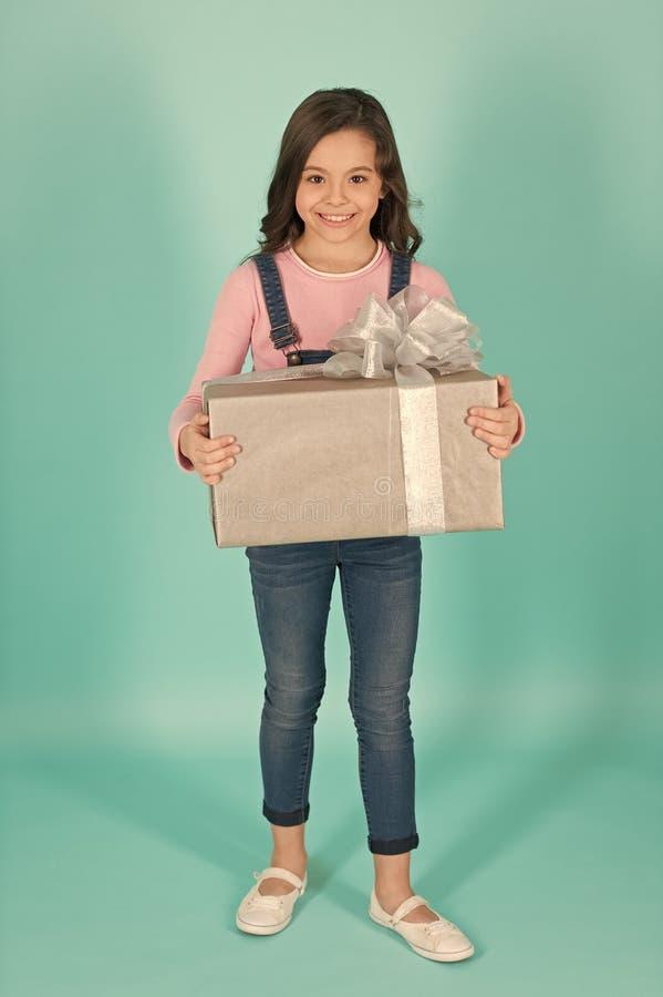 Tevreden met keus Klein meisje die voor heden winkelen Weinig shopaholic met verpakt pak Klein kind met giftdoos stock afbeeldingen