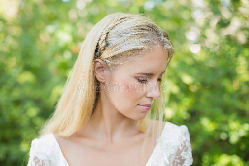 Tevreden mooie bruid stock fotografie