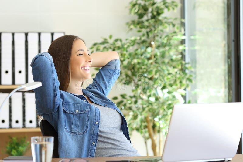 Tevreden ondernemer die door venster kijken stock afbeelding