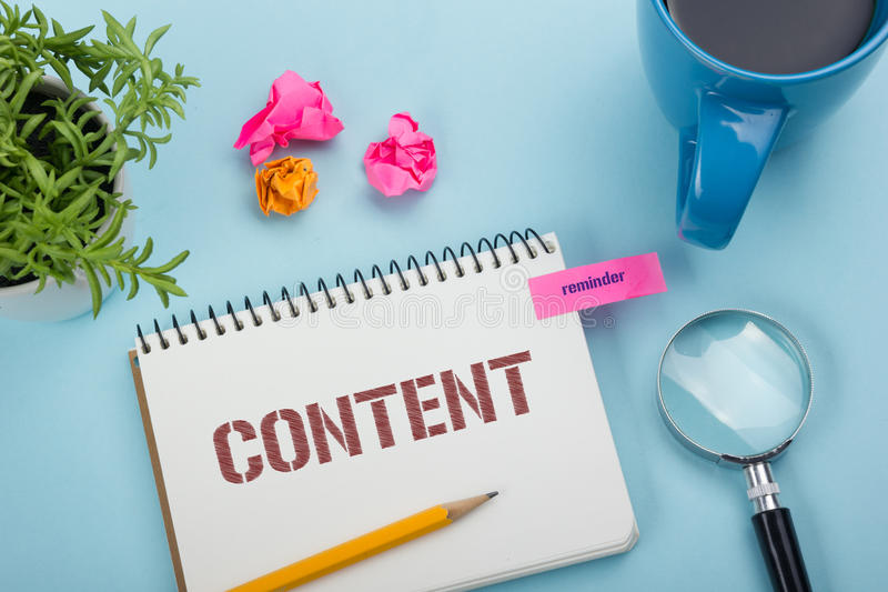 Tevreden, online concept Blocnote met bericht, pen, koffiekop en bloem Bureaulevering op de bovenkantmening van de bureaulijst royalty-vrije stock afbeelding
