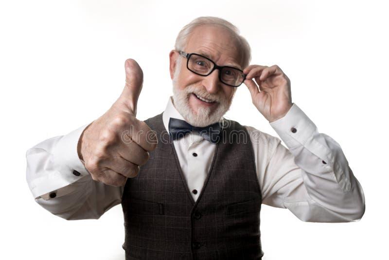 Tevreden oude mens die O.K. gebaar maken royalty-vrije stock foto