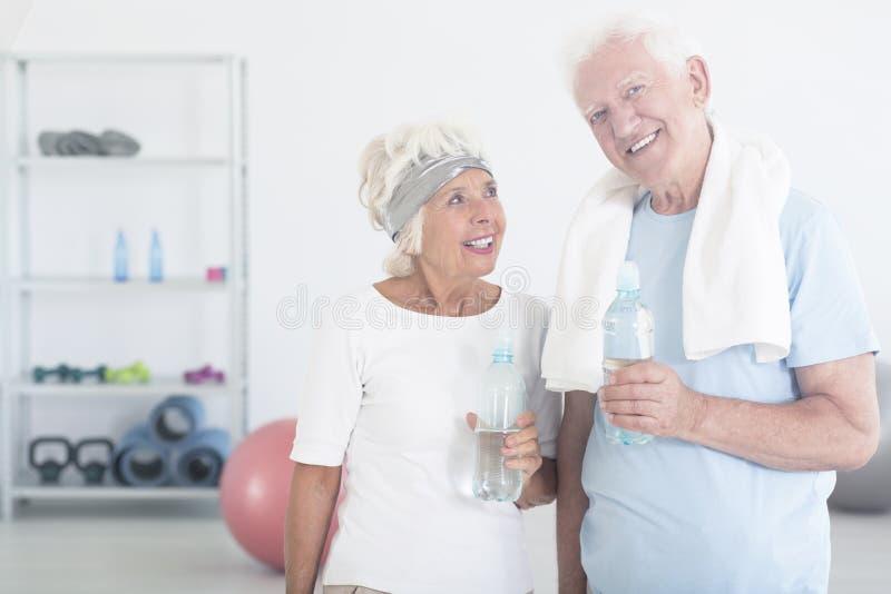 Tevreden paar van bejaarde mensen royalty-vrije stock afbeelding