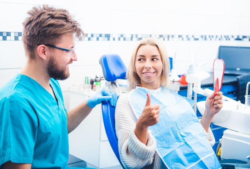 Tevreden patiënt in tandheelkunde royalty-vrije stock foto