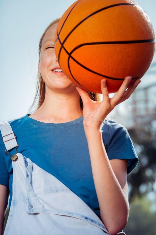 Tevreden sportief meisje die van actieve manier van het leven genieten stock fotografie